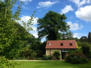 Shamba Barn: Luxury Listed Barn in Acre of Gardens, Upton St Leonards