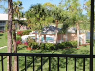 Naples Condo with pool,backing onto golf course