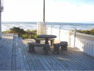 Coastal rental only steps from the ocean w/ a hot tub!, Rockaway Beach