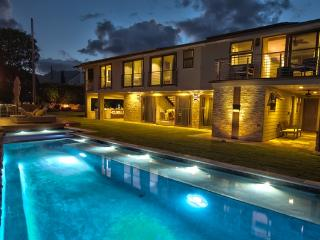 Ali'i Zen Haven - luxurious home with pool, spa, great views, Kaneohe