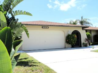 Villa Ocean Breeze with Pool and tropical Garden, Cape Coral