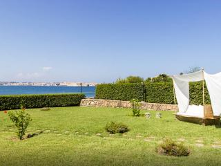 Elegant seafront Villa with access to the sea, Siracusa
