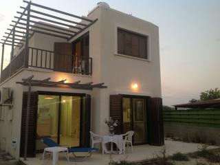 AMAZING HOUSE IN A PRIVATE ROAD-5 MINS FROM BEACH, Oroklini