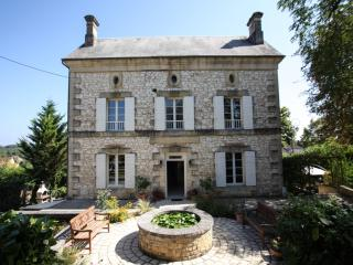 Prime location for Manor hse with pool in village, Beaumont-du-Perigord