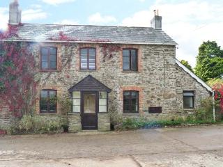 PENEARTH FARM COTTAGE, traditional stone cottage, Rayburn, woodburner, parking, patio, in Liskeard, Ref 914266