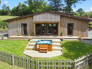 SYCAMORE LODGE, luxury accommodation, hot tub, large garden, excellent walking, near Rhayader, Ref 915502