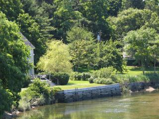 Waterledge, sunny estate cottage with beach access, Oyster Bay