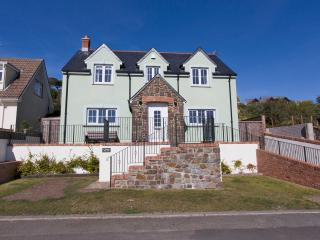 Y Bwlch, lovely large garden with Sea View, Solva