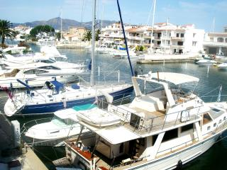 Nice apartment  view canal and near of beach, Empuriabrava