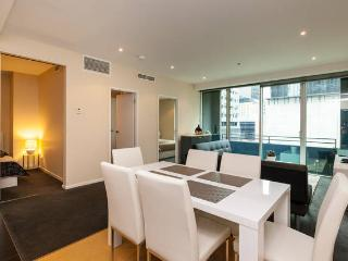 Central Modern 2BR Apt with Balcony, Melbourne
