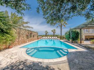 Detached farmhouse with large pool and views, Xaghra