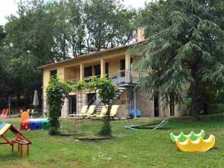 Gîte LA BOUYGUE, a child friendly self-catering holiday home with heated swimming pool, Penne