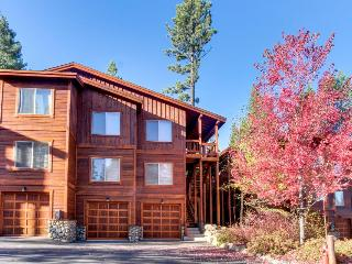 Cozy and comfortable condo with access to pool & hot tubs!, Truckee