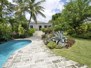 Romantic, luxury 2 bedroom villa with an outdoor jacuzzi, pool and an ocean front gazebo, the ideal retreat for breakfast, lunch and dinner, Durants