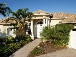 Stunning Gulf coast villa with 3 bedrooms and 2 bathrooms. Stunning pool with Tiki hut bar and submerged seating in the pool., Matlacha