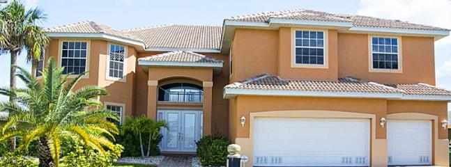 Fabulously spacious-Contemporary 6 bedroom villa-Private pool-Waterfront views-Sailboat access, Cape Coral