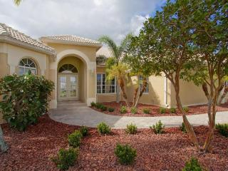 Peaceful & classy- 3 bedroom luxury waterfront villa- Gorgeous Gardens- Pet Friendly- Large pool, Cape Coral