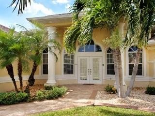 Luxury waterfront 4 bedroom vacation home- Pool & Jacuzzi- Pet friendly- Beautiful family home, Matlacha