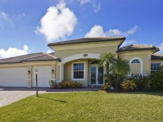 Magnificent 4 bedroom Cape Coral villa- On canal- South facing pool- Pet Friendly- Boat dock- Spa, Matlacha