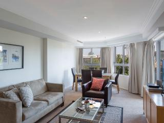 HBRST - Comfy Apartment with Chinese Garden Views, Sydney