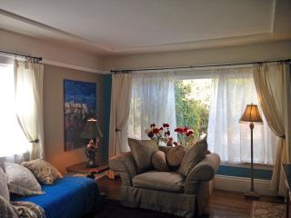 Sunny neighborhood, comfortable apartment, Burlingame
