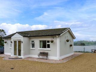 MILLTOWN COTTAGE, all ground floor, multi-fuel stove, WiFi, private jetty and boat on lough, Shercock, Ref 905728