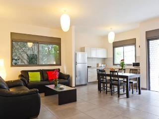 Kerem Hateimanim - beautiful modern apartment, 4 min walk to the Beach, Tel Aviv