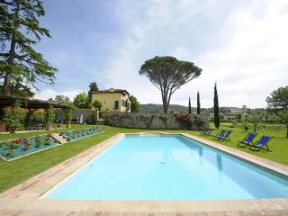 Villa with Pool and Park 2 km from Lucca
