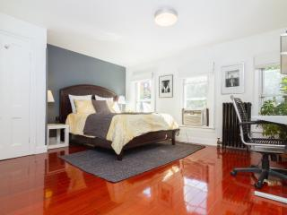 Modern 2 Bedroom Private Apt - Sleeps 5, Brooklyn