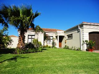 Villa with pool near sea, vineyards & golf courses, Somerset West