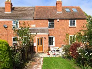 LITTLE NOO, charming terraced cottage, gardens, close to amenities, near Gloucester, Ref 917153, Upton St Leonards