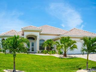 Wonderfully designed 3 Bedroom Villa with Private Pool & Spa. Lovely gardens and patio area, Cape Coral