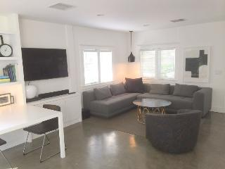 West Hollywood Adorable Modern 1-bedroom Cottage with Garden  (3400)