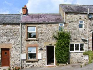 HOLLIES COTTAGE, family-friendly, touring base, village location in Bonsall, Ref. 916177