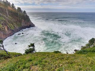 Modern pet-friendly oceanfront home w/hot tub & private cove, Neskowin
