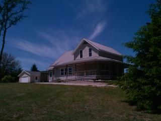 Updated Farmhouse on Outskirts of Traverse City - 5 minutes to Grand Traverse Bay, Orchards, Wineries, & More!, Williamsburg