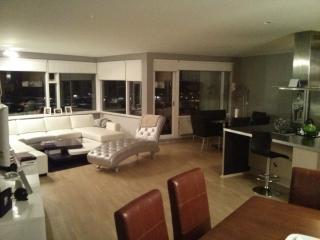 Beautiful Penthouse that over looks the city of Reykjavik sitting on the 10th high rise., Kopavogur