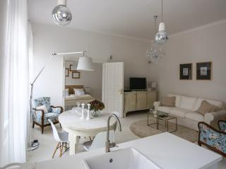 NEW - Downtown - 2 bedroom - wifi, Budapeste