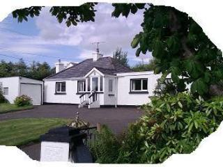 Family cottage beside River Finn, 20 mins beaches., Ballybofey