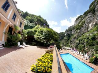Le Rose 7 with terrace, pool, wifi & parking, Ravello
