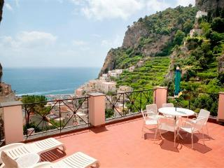 Le Rose 3 with terrace, sea view, pool, parking, Ravello