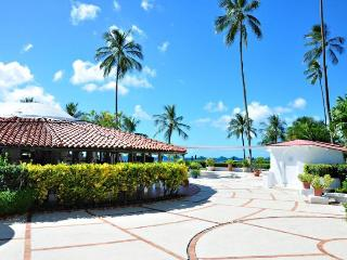 Beachfront classic villa, gorgeous gardens and beautiful sunsets, Porters