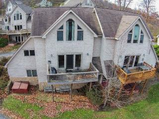 Bright & Cheerful townhome located in the heart of Deep Creek Lake!, Oakland