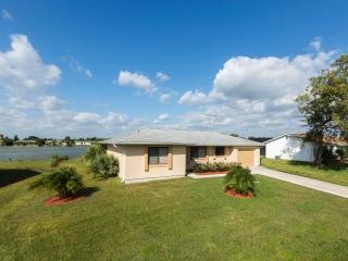 Lilsis by the Lake with 4 sleeps and heated pool, Port Charlotte