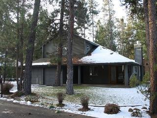 Whistler 17 Country charming with western decor and covered front deck., Sunriver