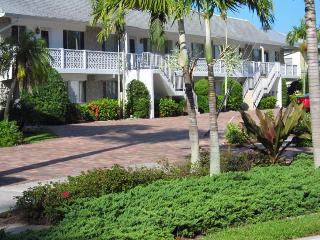 2BR+2B Royal Harbor Canal-Front Condo with Pool, Naples