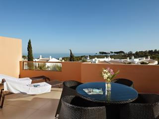 Luxury  3 bedroom Townhouse - Stroll to Beach, Albufeira