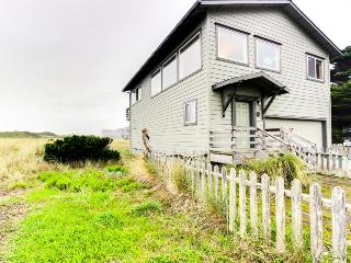 Oceanfront, pet-friendly home with amazing views!, Bandon