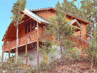 Large luxury cabin offering wooded mountain views, Gatlinburg