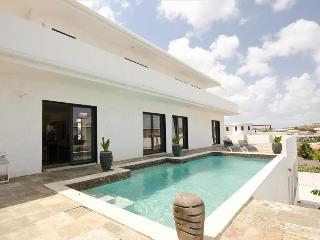 Affordable Luxury Villa with beautiful view of Spanish water, Willemstad